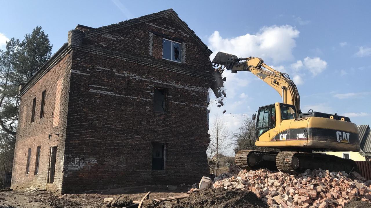 демонтируем кирпичное здания